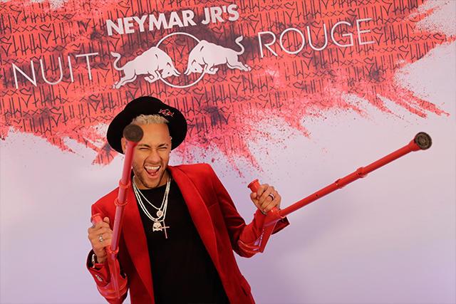 Neymar Jr en la alfombra de su cumpleaños