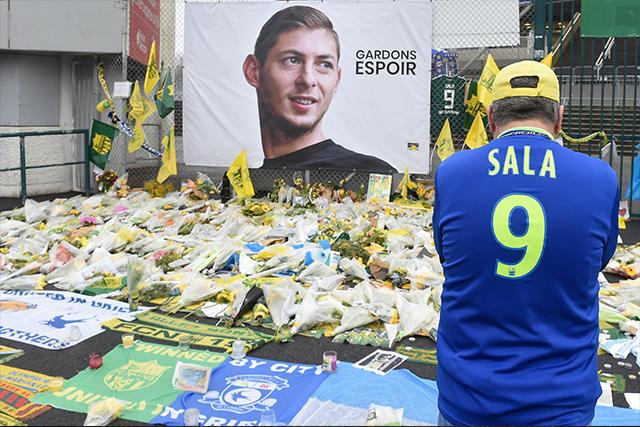 Aficionado en la ofrenda dedicada a Emiliano Sala
