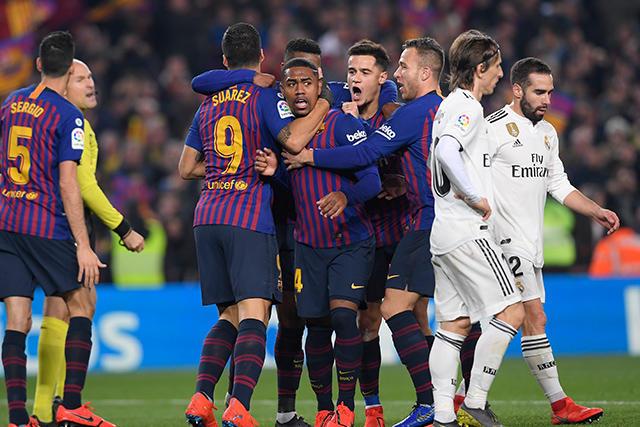Jugadores del Barcelona celebran el gol de Malcom