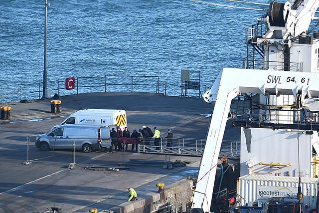 Operaciones para trasladar el cuerpo rescatado del fondo del Canal de la Mancha