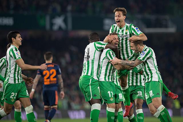 Jugadores del Betis celebran el gol de Joaquín