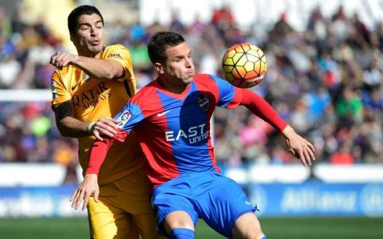 Toño García disputando un balón con Luis Suárez