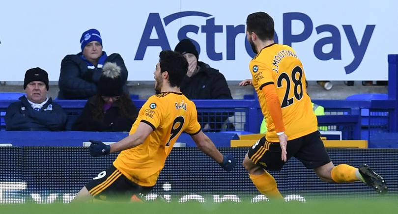 Raúl Jiménez y Joao Moutinho festejando un gol con Wolverhampton