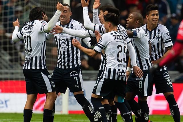 Rodolfo Pizarro y los jugadores de Monterrey celebran el primer gol contra Lobos