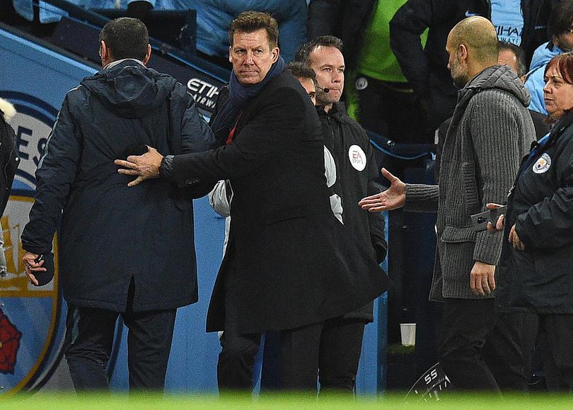 Guardiola se quedó con la mano extendida tras golear al Chelsea de Sarri