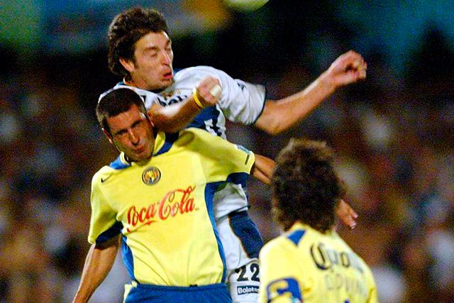 Diego Alonso peleando un balón contra Raúl Salinas en un América Pumas