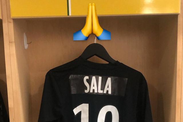 Waris con una playera en homenaje a Sala