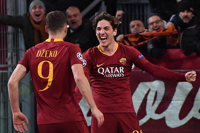 Zaniolo y Dzeko celebran el segundo gol contra Porto