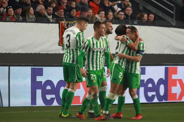 Lainez celebra con Guardado y sus demás compañeros el gol contra el Rennes