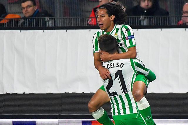 Diego Lainez celebra con Lo Celso su anotación contra Rennes