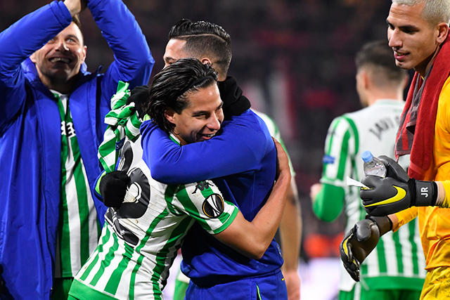 Diego Lainez celebra con sus compañeros