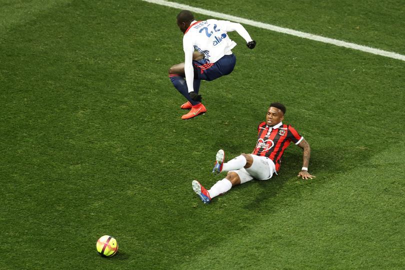 Mendy disputando un balón ante Nice