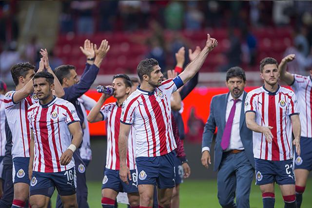 Chivas celebra con su afición la victoria en el Clásico Tapatío