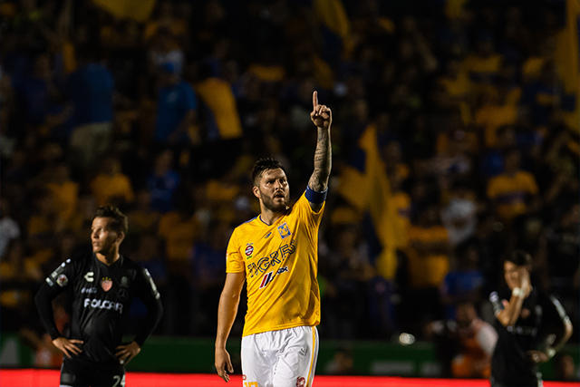 Gignac celebra su gol contra Necaxa