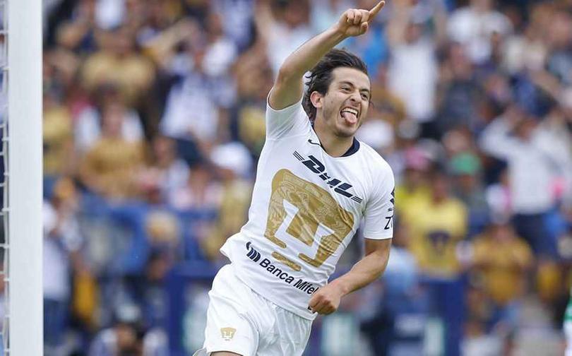 Mozo celebrando un gol con Universidad