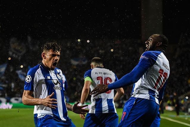 Soares y Marega celebran el gol contra la Roma