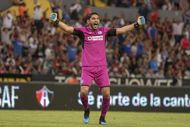 Corona celebra el gol de Cruz Azul contra Atlas
