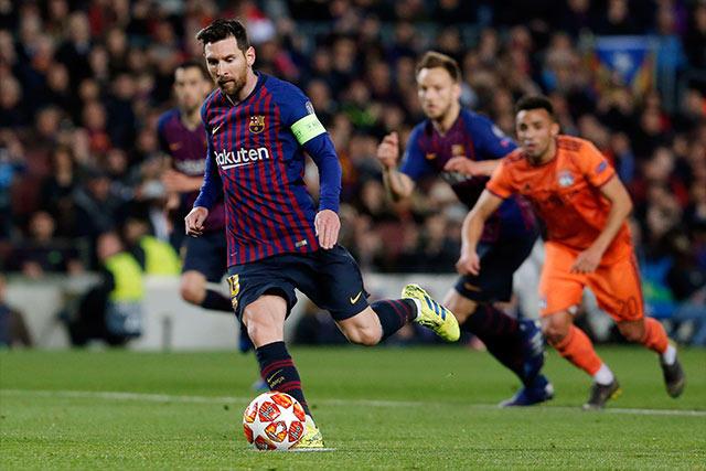 Lionel Messi cobra el penal