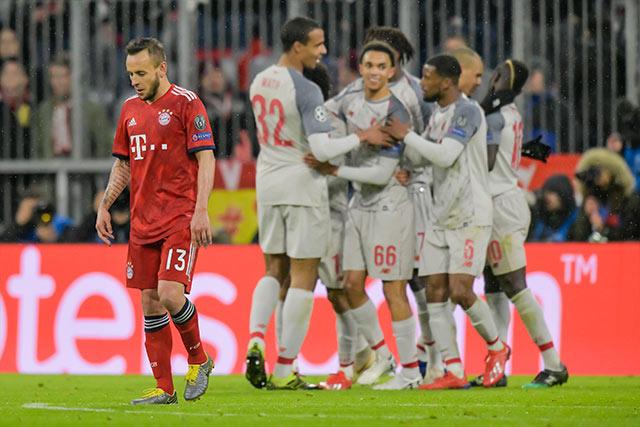 Jugadores del Liverpool celebran gol contra Bayern