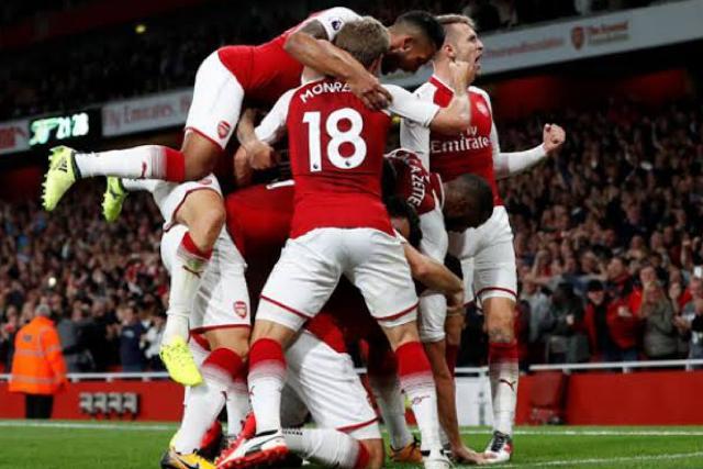Jugadores del Arsenal celebran el gol