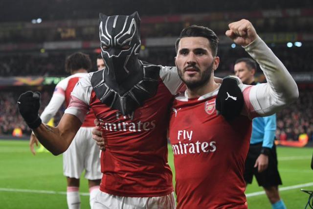 Aubameyang celebró como Black Panther junto a Kolasinac uno de los goles en el triunfo del Arsenal