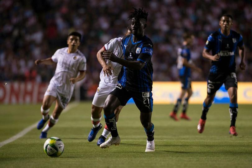 Aké Loba insistió en el duelo contra Chivas