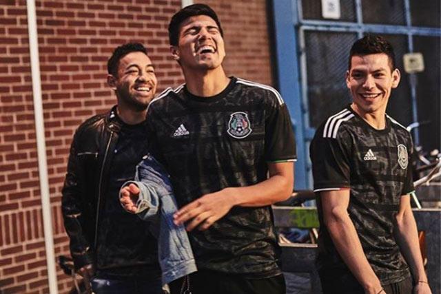 Fabián, Guti y Chucky posan con el nuevo jersey negro de México