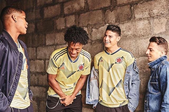 Seleccionados de Colombia posan con el nuevo uniforme