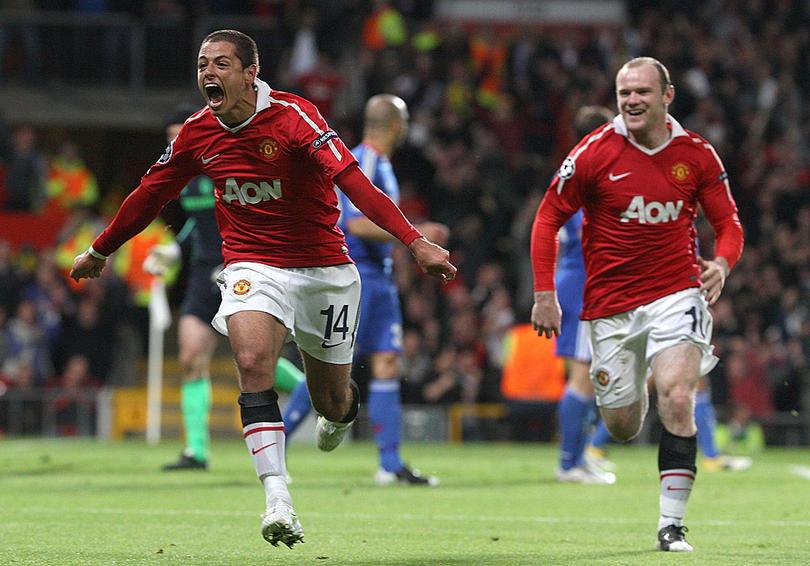 Javier Hernández y Wayne Rooney festejan en Manchester United