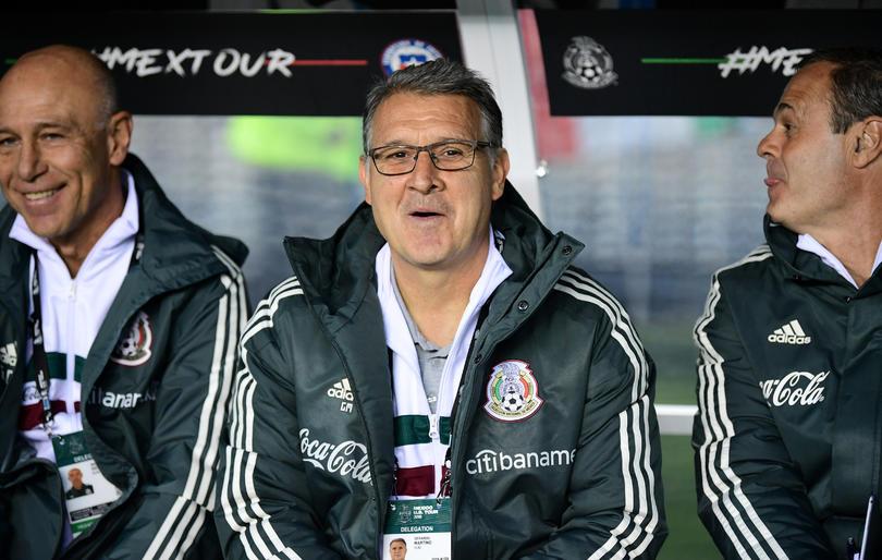 El Tata sonriente en su primera victoria con México