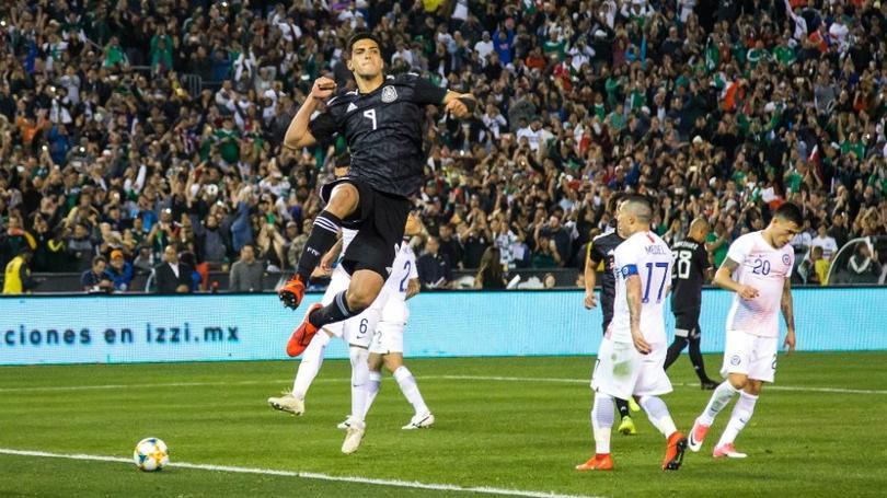 Raúl Jiménez festeja un gol con la Selección Mexicana