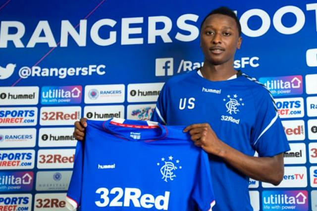 Umar Sadiq posa con el jersey del Rangers en su presentación