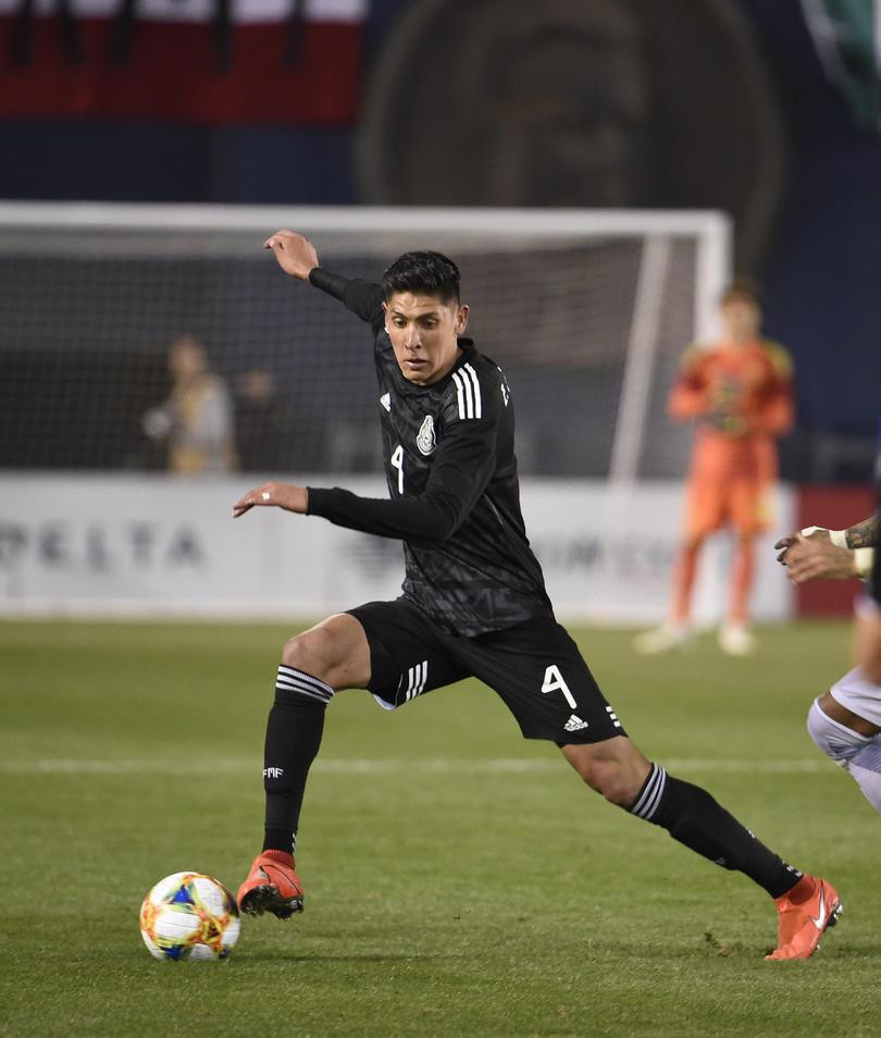 Edson Álvarez jugando para México