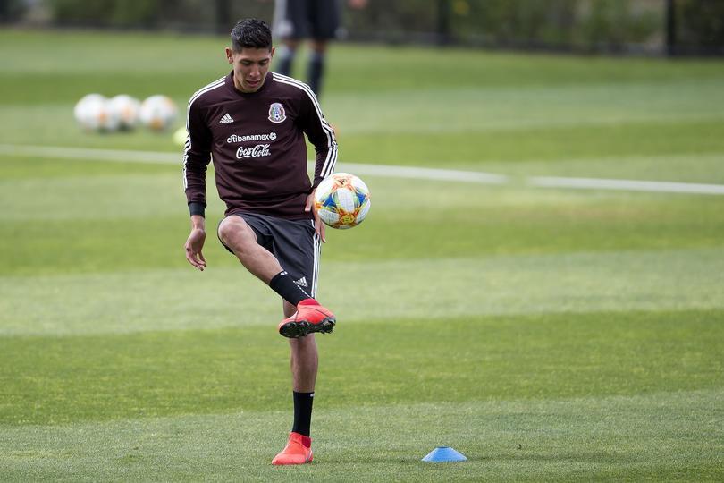 Edson Álvarez en entrenamiento con México