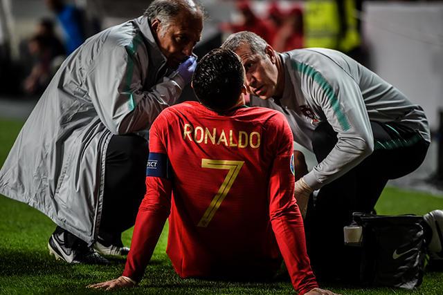 Cristiano Ronaldo salió de cambio por una molestia en el muslo derecho
