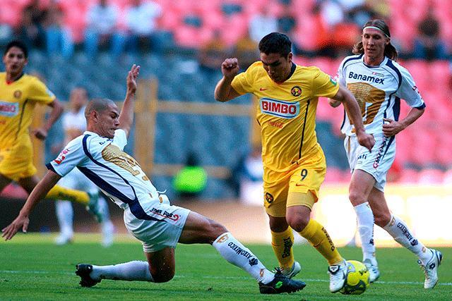 Salvador Cabañas y Darío Verón disputando un balón en un Clásico Capitalino