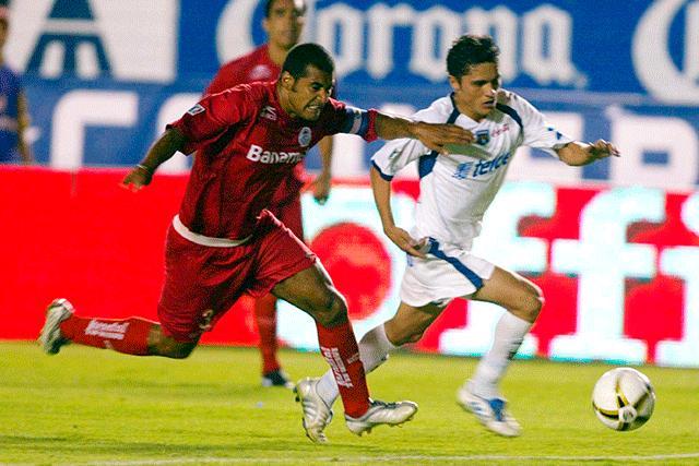 Paulo Da Silva disputando un balón en un Toluca vs San Luis
