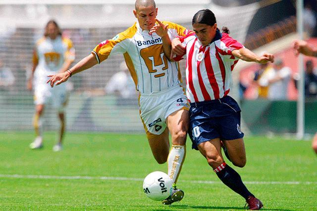 Darío Verón contra Francisco Palencia en un Pumas vs Chivas