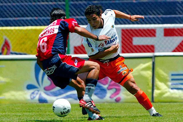 Salvador Cabañas disputando un partido contra Atlante con Jaguares