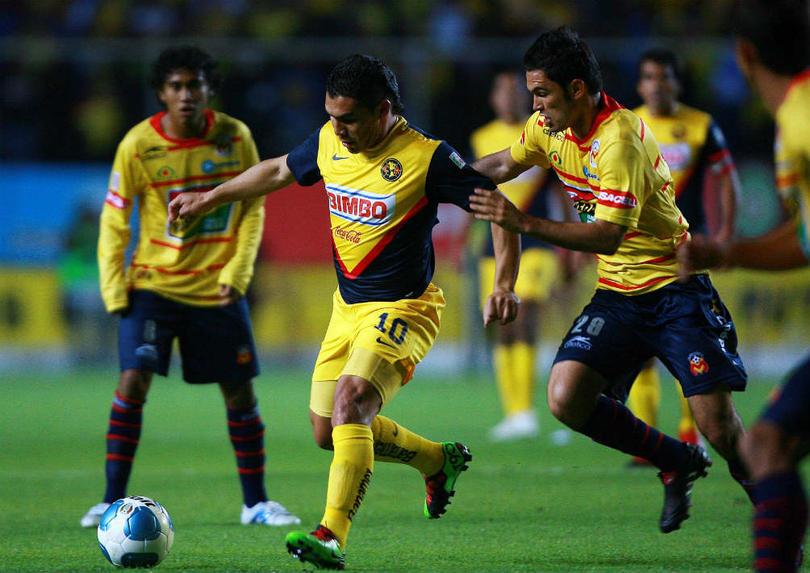 Salvador Cabañas disputando un partido contra Morelia con América