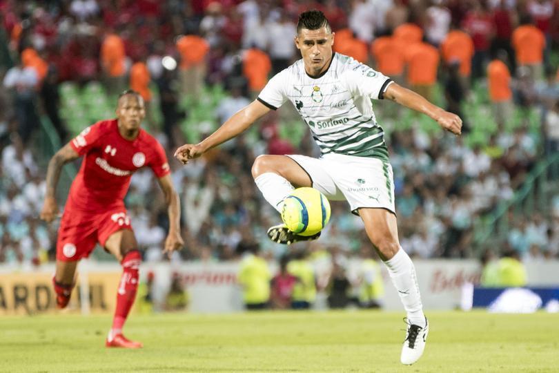 Osvaldo Martínez controlando un balón en un Santos contra Toluca