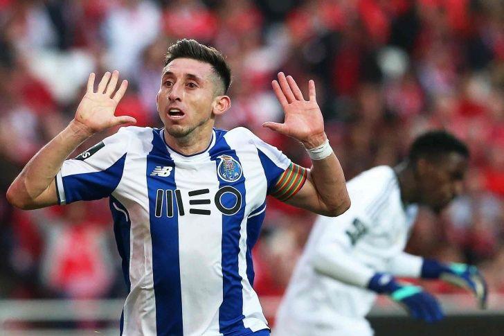 Héctor Herrera festeja el gol a Bruno Varela que le dio el triunfo al Porto en el Clásico