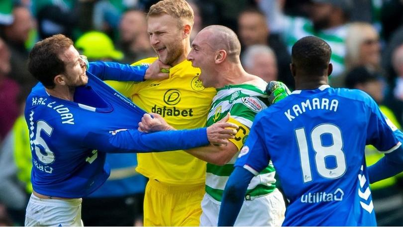 Futbolistas de Celtic y Rangers se enfrentaron al terminar el Clásico de Escocia