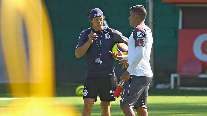 Matías Almeyda y Carlos Salcido en un entrenamiento con Chivas
