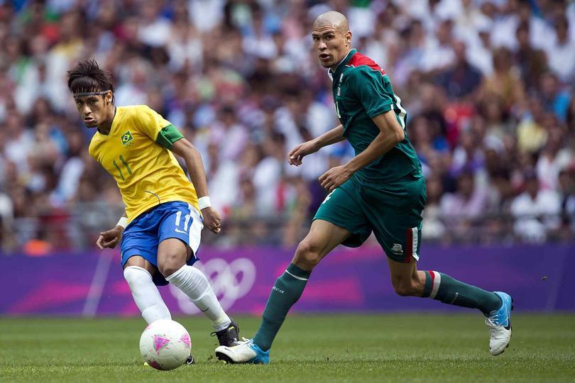 Neymar y Jorge Enríquez disputan un balón en la final de los Juegos Olímpicos en Londres 2012