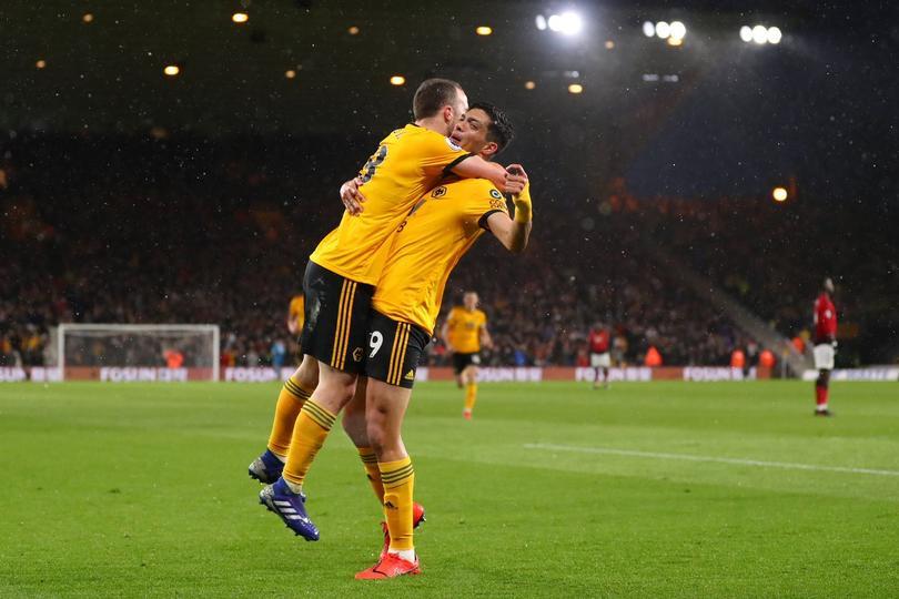 Raúl Jiménez y Diogo Jota festejando el gol ante Manchester United