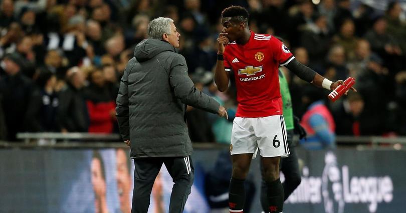 José Mourinho y Paul Pogba discuten durante un partido del Manchester United