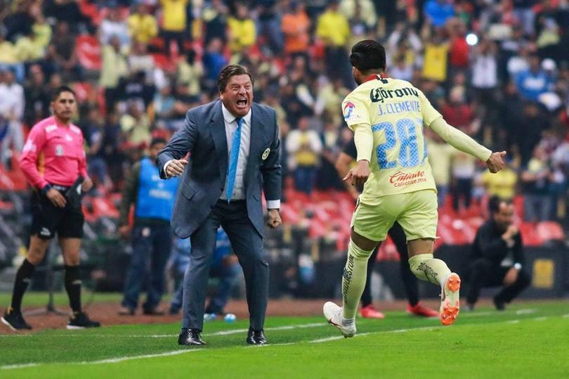 José Clemente festeja su primer gol como profesional con Miguel Herrera
