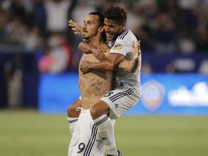 Jonathan Dos Santos abraza a Zlatan Ibrahimovic en un partido del Galaxy