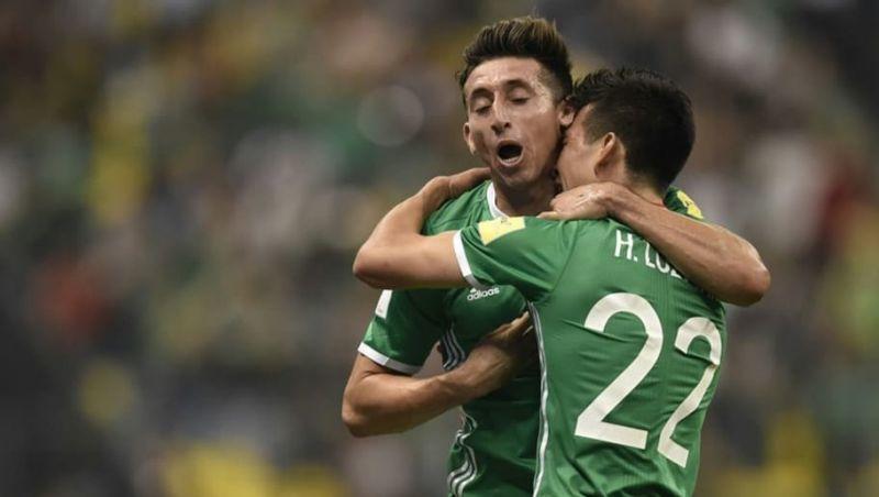 Héctor Herrera e Hirving Lozano abrazándose en un partido de la Selección Mexicana